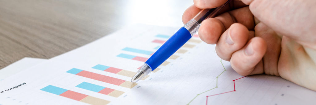 Ein Stift, der auf Ergebnisse und Statistiken zeigt
